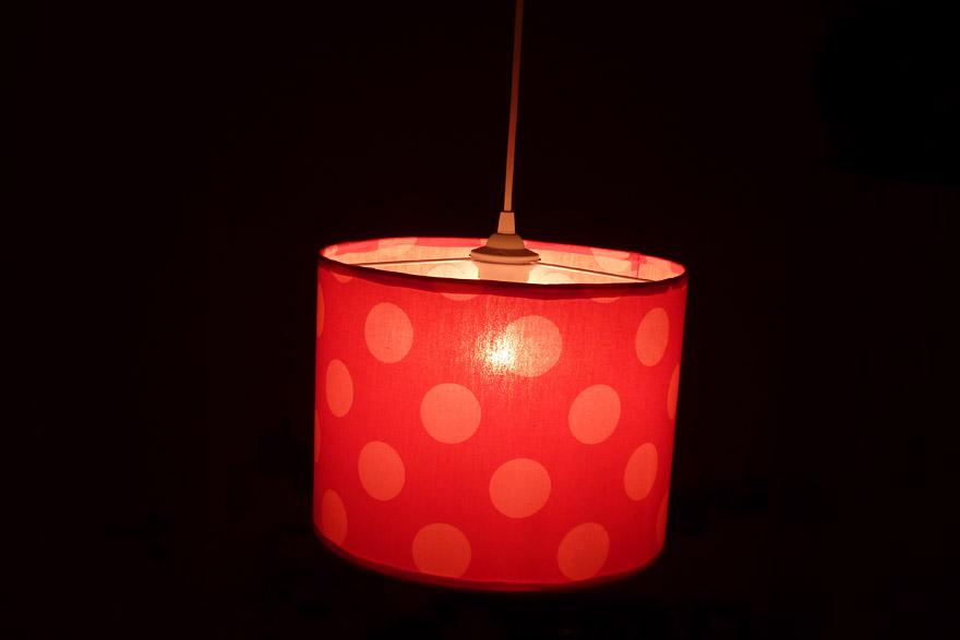 Mädchen Lampenschirm beleuchtet