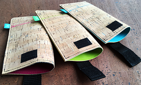 Neu: Smartphone Hüllen aus Kork auf farbigem Kunstleder